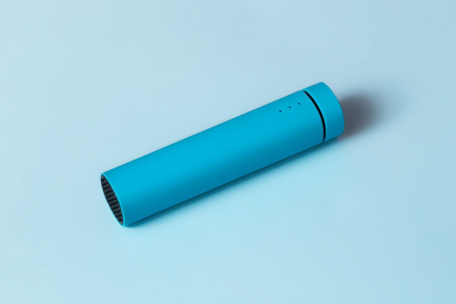 Sesja produktowa na niebieskim tle.
